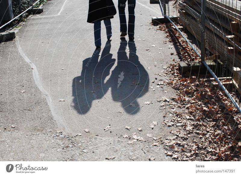 Schatten Zusammensein Spaziergang Mensch Paar laufen paarweise