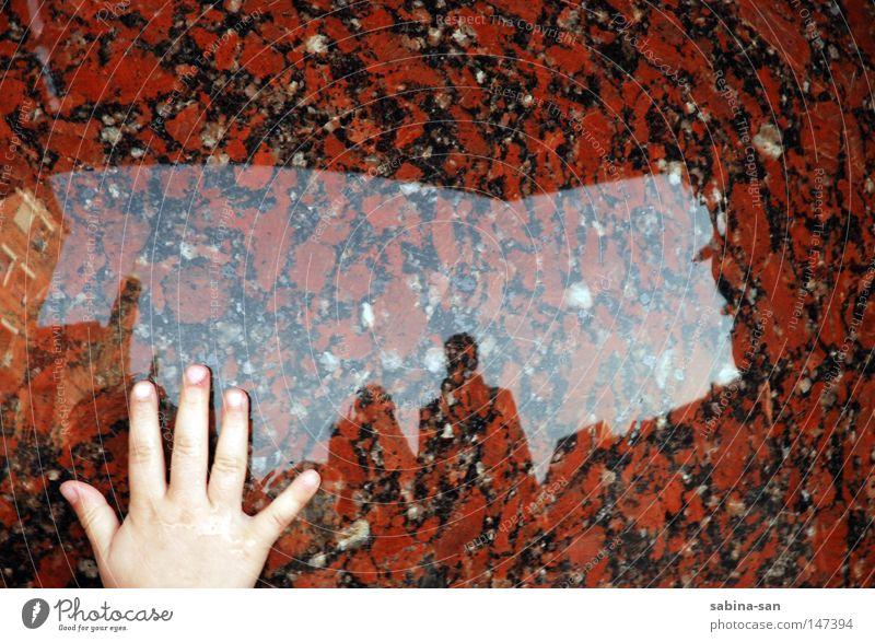 Spiegelrühren Reflexion & Spiegelung Hand Stein rot berühren Mensch Kind Mutter Eltern Kinderhand Detailaufnahme Spiegelbild Silhouette Kinderwunsch
