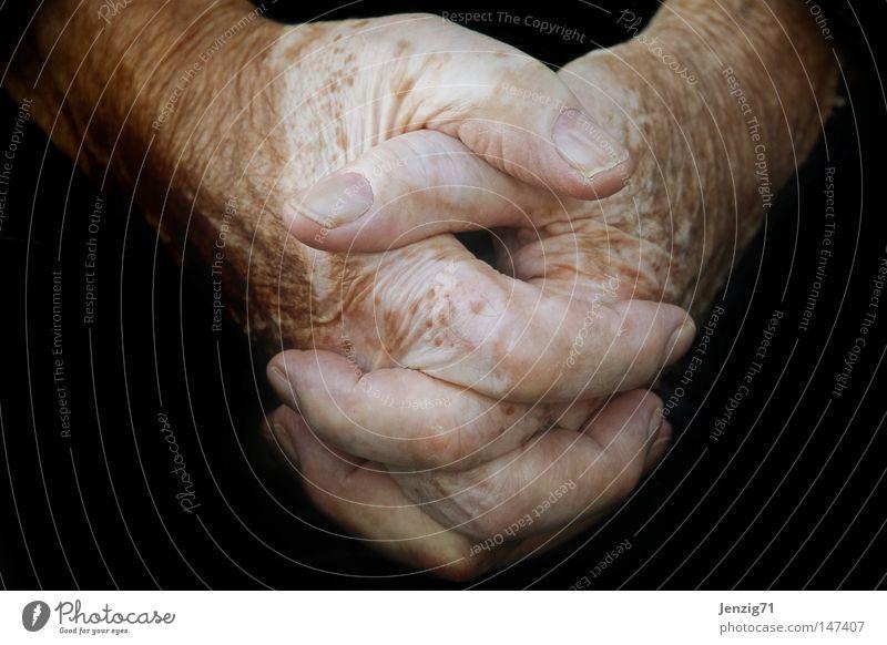Hände erzählen. alt Hand ruhig Senior Arbeit & Erwerbstätigkeit Haut Finger Pause festhalten stoppen Hautfalten Falte fangen Müdigkeit Griff Halt