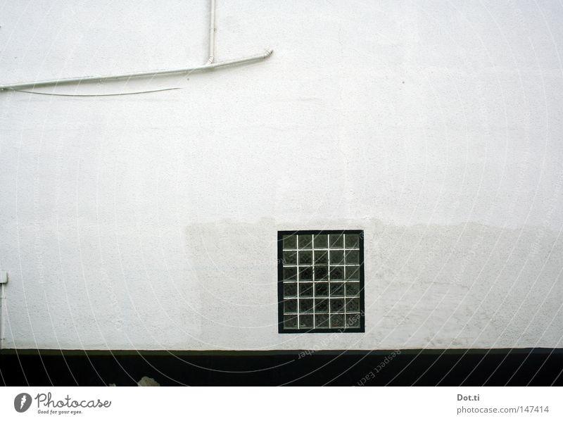 Wassersucht weiß Haus Wand Fenster Gebäude Architektur Fassade leer trist Kabel einfach Röhren Handwerk aufwärts diagonal