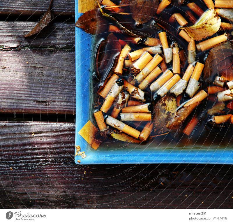 Raucherecke - Herbsttag blau Blatt dunkel Holz braun Zusammensein mehrere Aktion Tisch Pause viele Rauchen verfaulen stoppen Ende