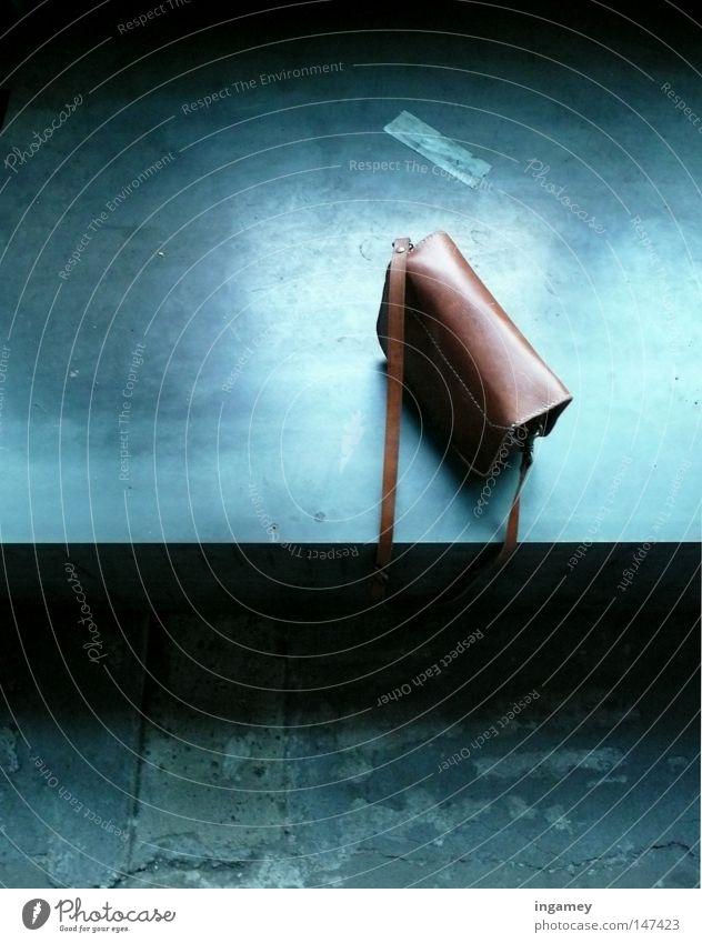 Geheimnis Tasche Leder Eintrittskarte Einsamkeit blau abholen Stahl Beton Bodenbelag kalt trocken glänzend dunkel Trauer entwenden Dieb Accessoire Bahnhof