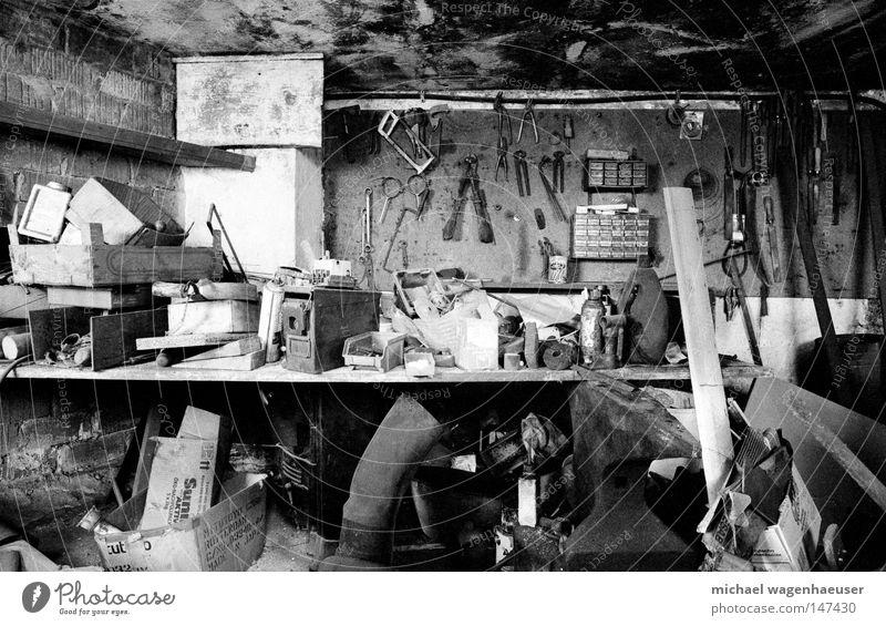 alte Werkstatt Metall dreckig Bauernhof Handwerk Korn Werkzeug unordentlich