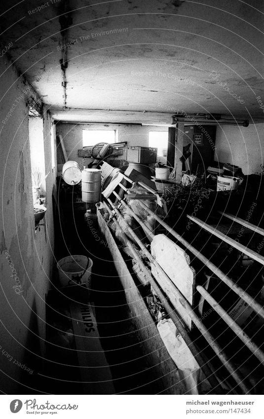 verlassener stall Stall leer Müll verbarrikadiert Licht Fenster dunkel Lichteinfall Gemäuer Metallstange Schwarzweißfoto schweinestall alt spinnenwebe