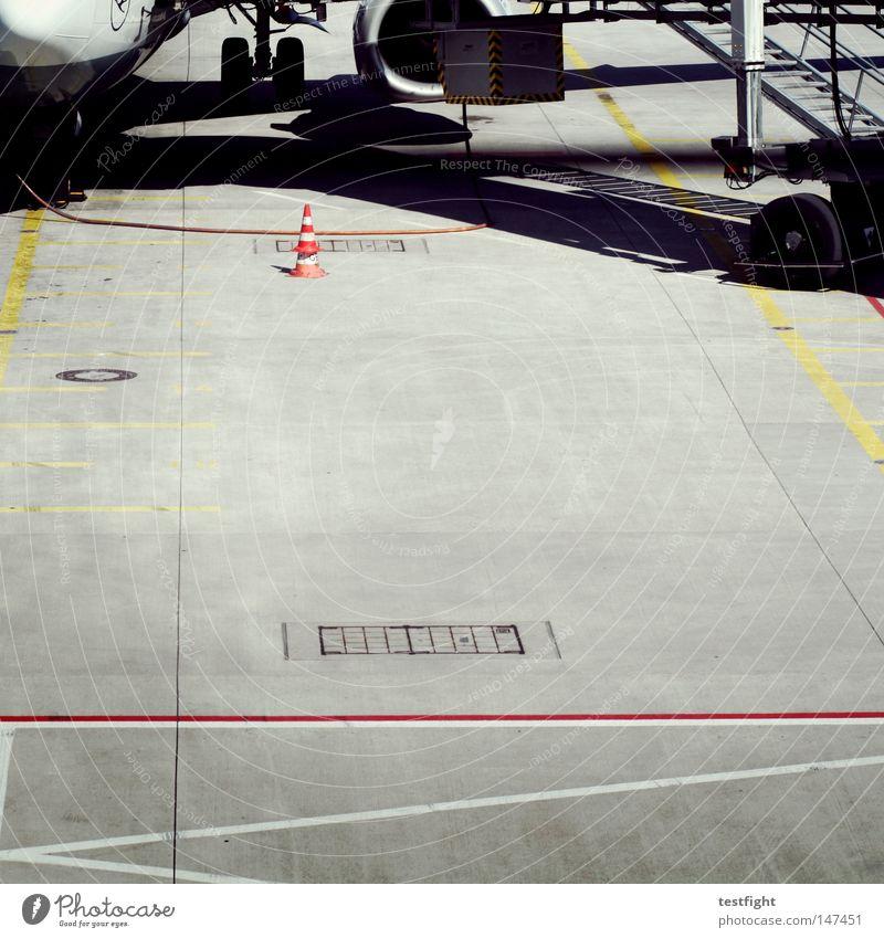 fly with us Flugzeug tanken Hut Quadrat Streifen Fahrbahn Ferien & Urlaub & Reisen Verbindung Anschluss Flughafen fliegen Schaltpult warten betanken Bodenbelag