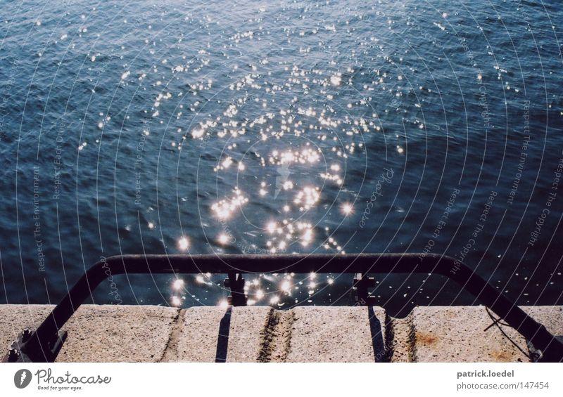 [HH08.3] Hafenglitzern Wasser Sonne Freude dunkel Spielen Stein Lampe glänzend Stern (Symbol) Ecke Fluss Schwimmbad Anlegestelle fließen Lichtspiel