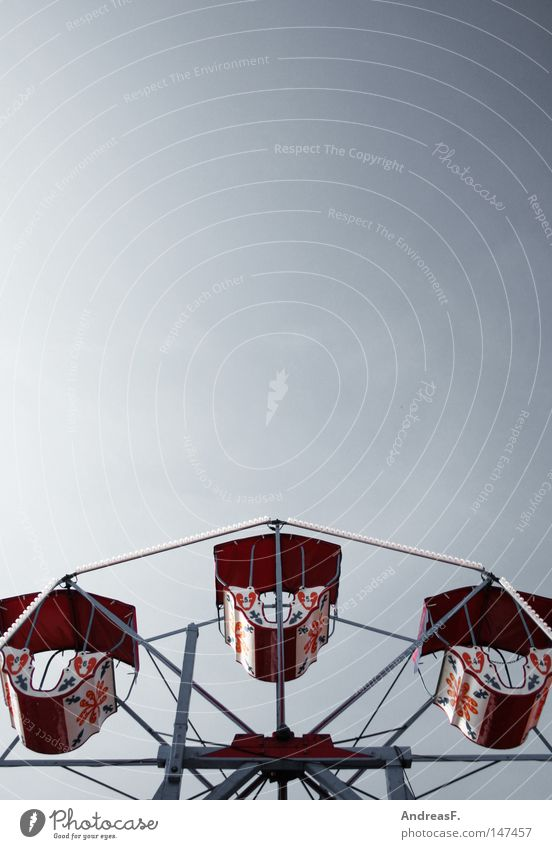 im Himmel ist Jahrmarkt Himmel Freizeit & Hobby hoch Jahrmarkt aufwärts Oktoberfest Bildausschnitt Anschnitt Riesenrad Karussell Wolkenloser Himmel Vergnügungspark Kinderkarussell Klarer Himmel Vor hellem Hintergrund