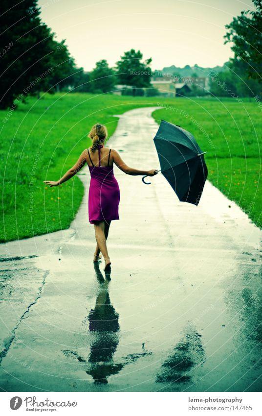Singin' in the rain Frau Sommer Freude Farbe Erholung Herbst feminin kalt Wiese Freiheit Bewegung Wege & Pfade Beine Fuß Regen Wetter