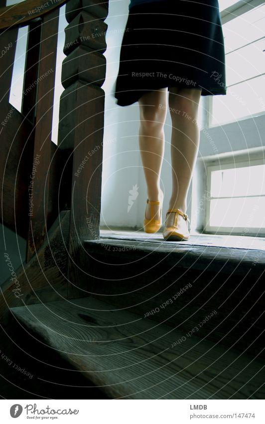 Sie geht... Frau alt schwarz Haus gelb Fenster Beine Schuhe gehen laufen Treppe Kleid Geländer Treppenhaus Leiter Abschied