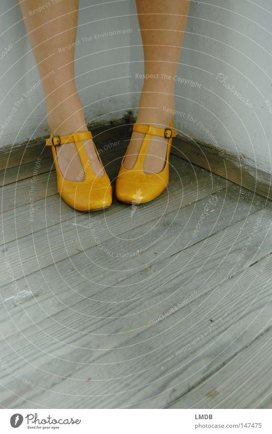 In die Ecke gedrängt Frau alt schwarz Haus gelb Fenster grau Beine Schuhe gehen dreckig laufen Treppe Kleid Geländer