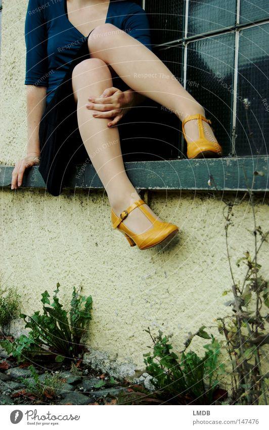 Ich warte noch auf dich... Schuhe Schnalle Herbst Fenster Fenstersims gelb Frau Hand Knie Kleid Fensterscheibe kopflos Straßenrand Mauer dünn zart zögern