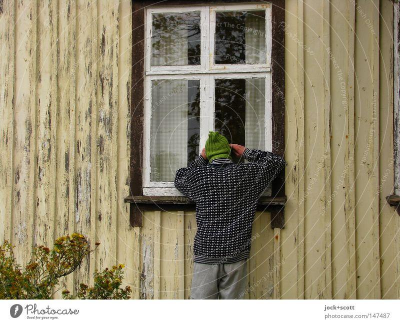 Hej Hej (en Förståelse) Mensch Mann Einsamkeit Haus Fenster Erwachsene Holz Fassade Sträucher authentisch warten Hoffnung Suche Wunsch Kontakt Mütze