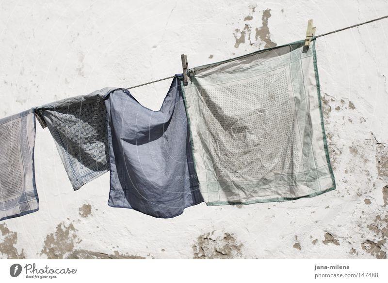 Waschtag Wäsche waschen gewaschen Stoff Tuch Taschentuch blau Blauton Sauberkeit dreckig Waschmittel trocknen trocken Seil aufhängen Wäscheklammern Wind