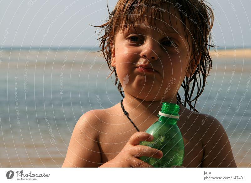 sommerkind Kind Ferien & Urlaub & Reisen Junge Gesicht Hand Wasser Meer Strand Flasche nass Gesichtsausdruck Lederband Schulter Sand Himmel Sommer Haut