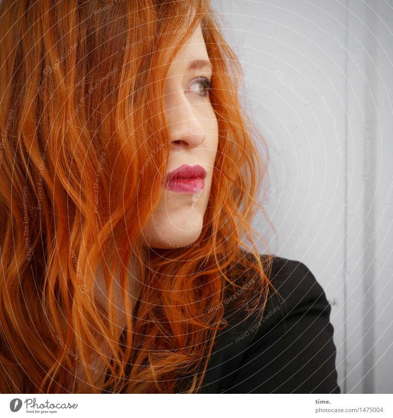 . Mensch schön ruhig Wand Leben feminin Mauer Denken ästhetisch warten beobachten Schutz Gelassenheit Konzentration Wachsamkeit Jacke