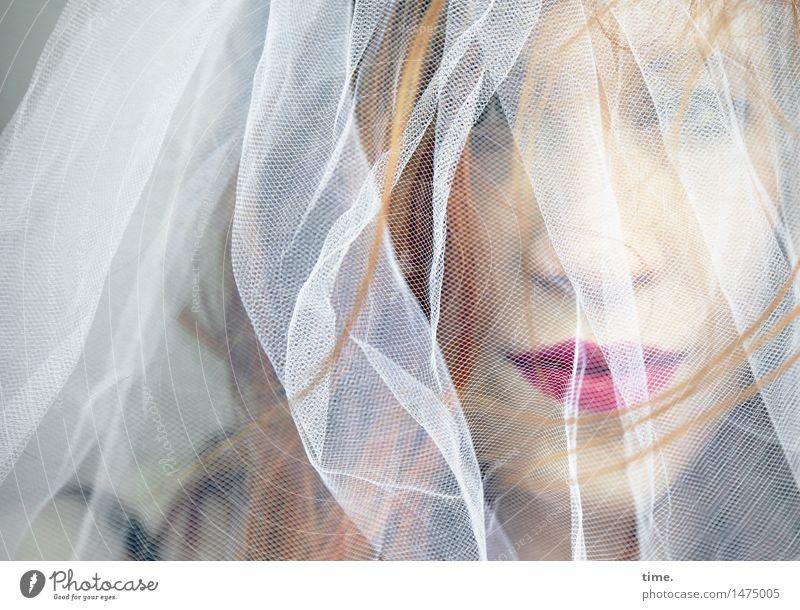 . feminin 1 Mensch Stoff Lippenstift Schleier rothaarig langhaarig beobachten Denken Blick träumen warten dunkel schön selbstbewußt Sicherheit Geborgenheit