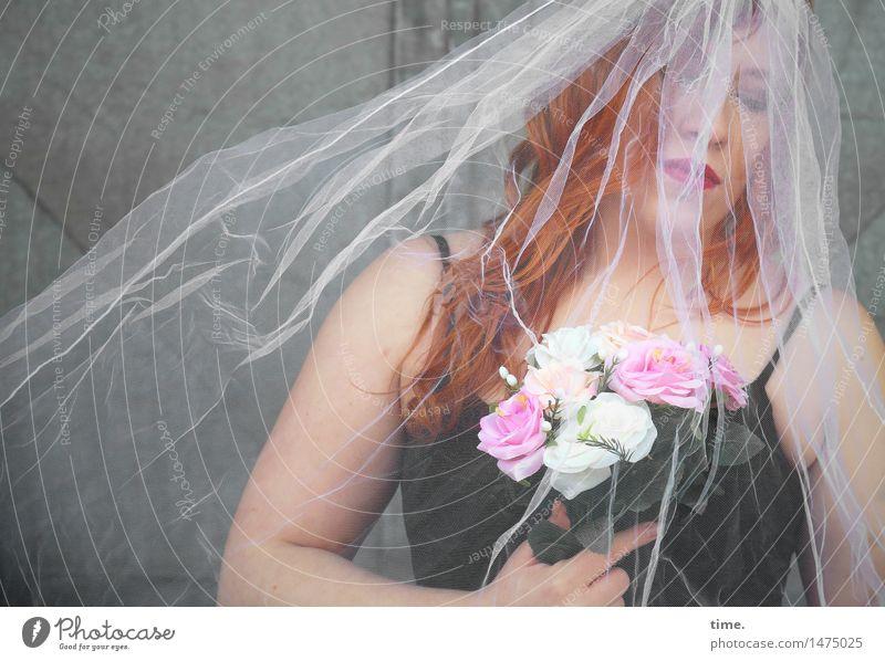 Anastasia feminin 1 Mensch Blume Blumenstrauß Mauer Wand Tür T-Shirt Schleier rothaarig langhaarig Blick träumen Traurigkeit warten schön Gefühle Sorge Trauer