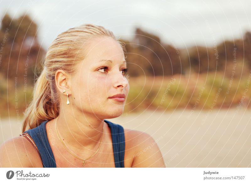 Sehnsucht. Frau Ferien & Urlaub & Reisen Meer Strand Einsamkeit Auge Küste Traurigkeit Denken träumen Trauer Gedanke verträumt Ohrringe Heimweh