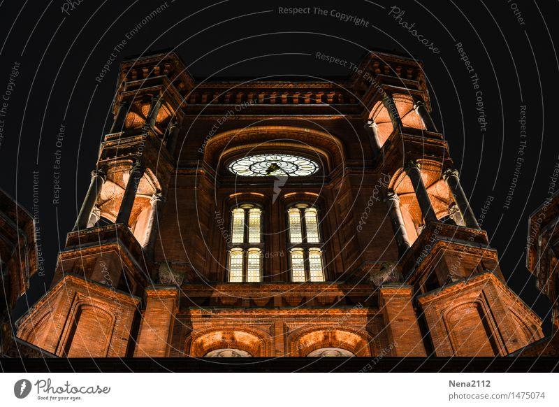 Rotes Rathaus Berlin Stadt Hauptstadt Stadtzentrum Haus Bauwerk Gebäude Architektur Fassade Sehenswürdigkeit Wahrzeichen Bekanntheit dunkel Uhrenzeiger Uhrwerk