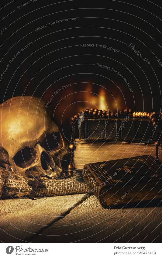 Schädel, Bibel, Rosenkranz vor einem Kaminfeuer Mensch alt ruhig Traurigkeit Senior Religion & Glaube Holz Tod Kunst Kopf Raum gold Beginn Buch Gold retro