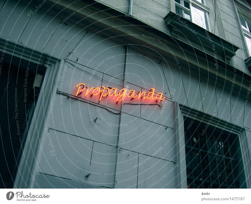 propaganda Stadt Stadtzentrum Altstadt Menschenleer Mauer Wand Fassade Fenster Dekoration & Verzierung Beton Schriftzeichen Schilder & Markierungen lesen