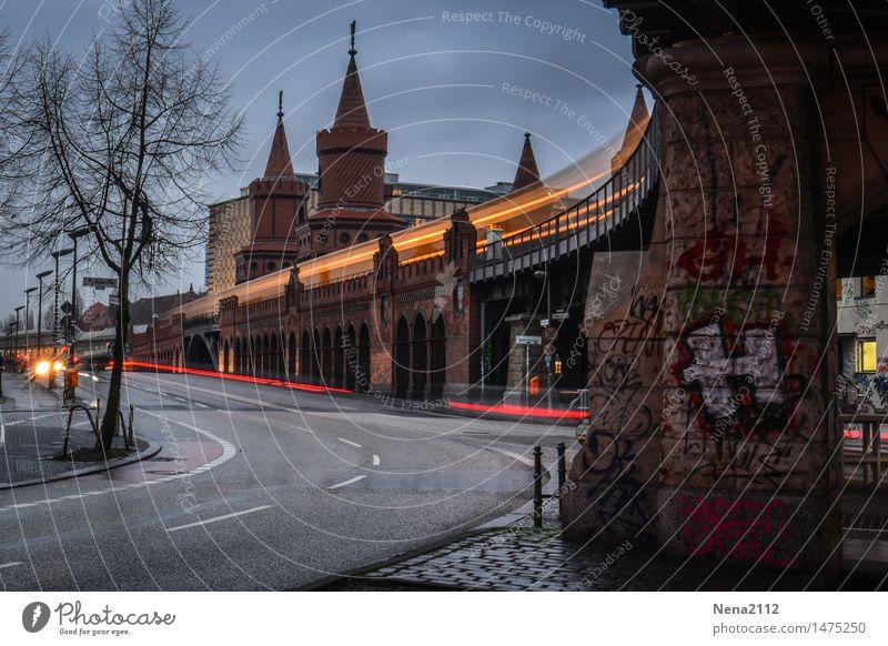 Ruhetag Stadt Winter dunkel Straße Architektur Berlin Verkehr Brücke Bauwerk Hauptstadt Verkehrswege Personenverkehr Autofahren Städtereise Straßenverkehr