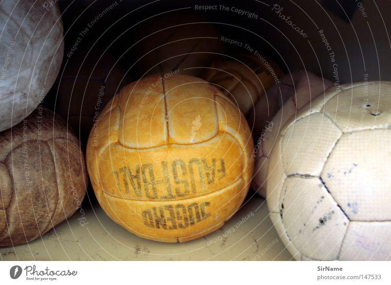 6 [altes leder] alt weiß Sport braun orange kaputt Fußball schäbig platt Ballsport Handball Schulsport verschlissen unbrauchbar ausgemustert