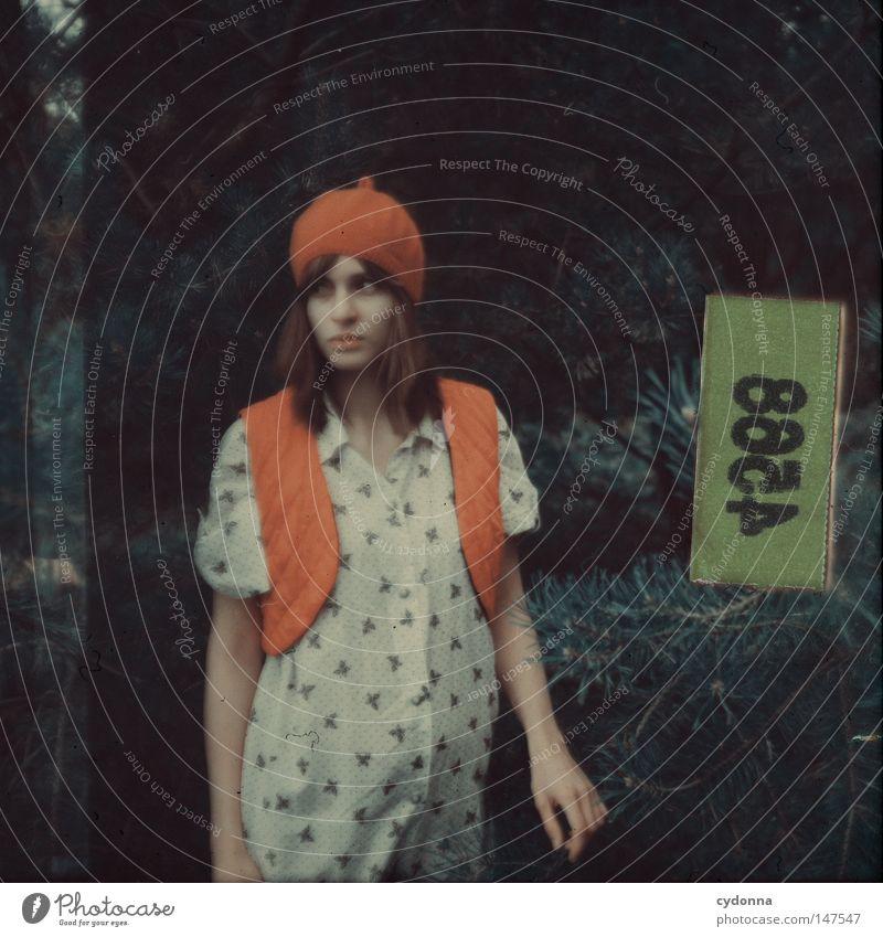 Rollfilm 4588 Frau Mensch Natur grün Baum schön Einsamkeit Ferne Leben Gefühle Stil Stimmung Mode Zeit Schilder & Markierungen ästhetisch