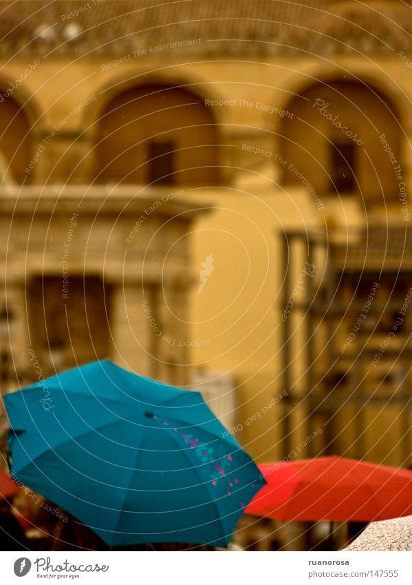 blau Farbe Wasser rot gelb Regen Schutz Regenschirm Denkmal Schirm Sonnenschirm Pilzhut Moschee Cordoba Sonnenstor Andalusien
