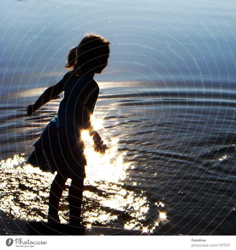 sommerabend Farbfoto Außenaufnahme Textfreiraum rechts Tag Abend Silhouette Reflexion & Spiegelung Lichterscheinung Haare & Frisuren Sommer Sonne Wellen Mädchen