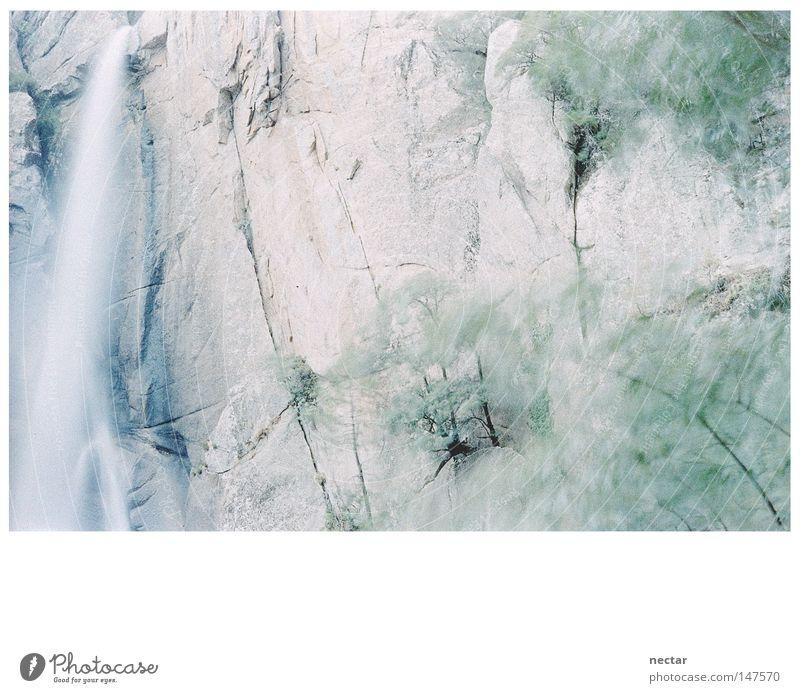 Falling Water To Green Ferien & Urlaub & Reisen blau grün Sommer Wasser Landschaft ruhig Berge u. Gebirge grau hell Felsen Kraft Frieden Konzentration