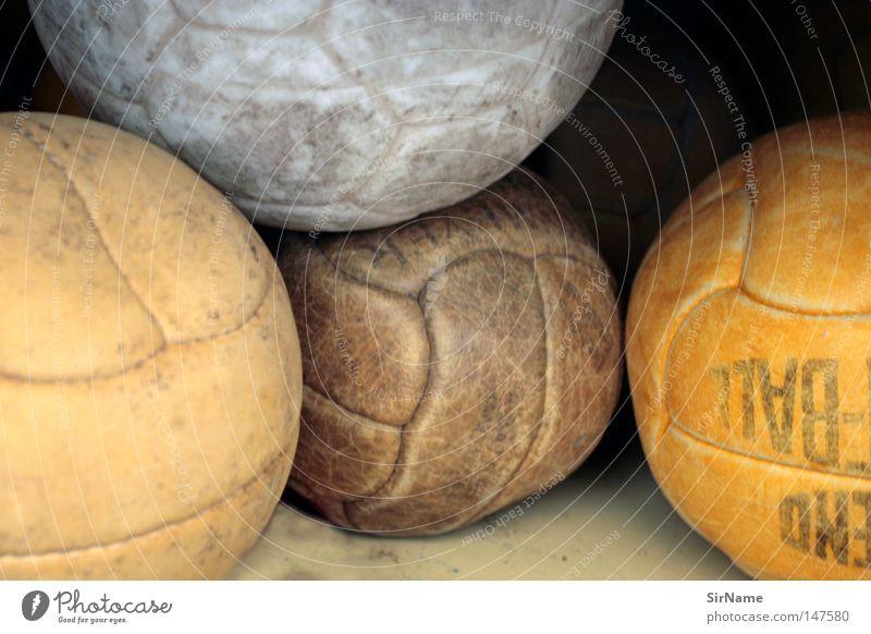 9 [ufff] Fußball Ball alt kaputt braun orange weiß verschlissen Sportgerät platt unbrauchbar ausgemustert Handball Farbfoto Gedeckte Farben Innenaufnahme