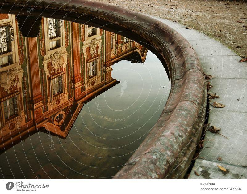 (zu nah) am wasser gebaut ? Wasser Stadt Haus Herbst Garten Park Gebäude nass rund Spaziergang Burg oder Schloss historisch Kieselsteine Sonntag Wasseroberfläche