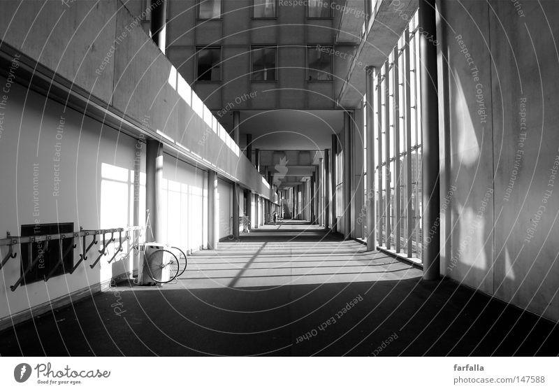 Lines and Angles Ecke Quadrat Licht Tunnel dunkel Fenster Architektur Schwarzweißfoto b/w Linie lines agles Schatten hell Gang