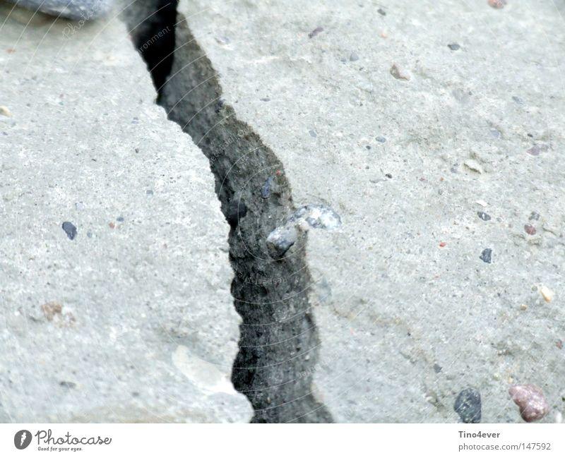 Bruch in Lehm grau Stein Beton Ecke gebrochen Riss Furche Mineralien Lehm