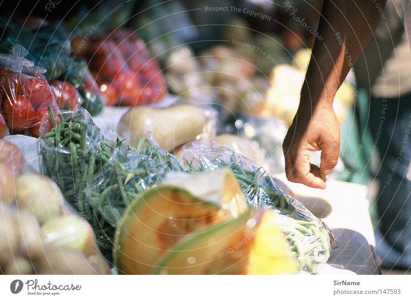 10 [street stories - fruitsellers] Hand Markt Ernährung kaufen Lebensmittel Marktstand Gastronomie Afrika Gemüse wählen sortieren Schlaglicht Ladengeschäft