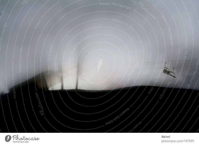 Wenn Träume fliegen lernen! Nebel Sesselbahn Skilift Licht Ankunft Schatten Gegenlicht Berge u. Gebirge Winter Bergstation leer Menschenleer Textfreiraum oben