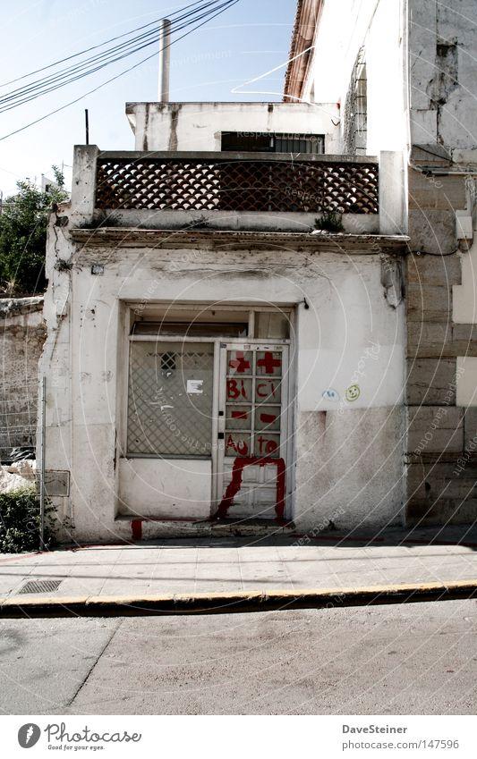 Straßenladen alt weiß schön Fenster grau Spaziergang verfallen Balkon Ladengeschäft Vergangenheit Verkehrswege schäbig Ruine Apotheke