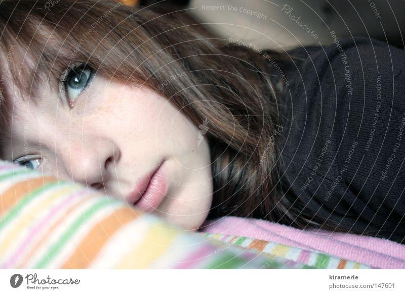 Ich vermisse dich Jugendliche Traurigkeit Denken Trauer Bett zart Gedanke verträumt Kissen vermissen Kopfkissen