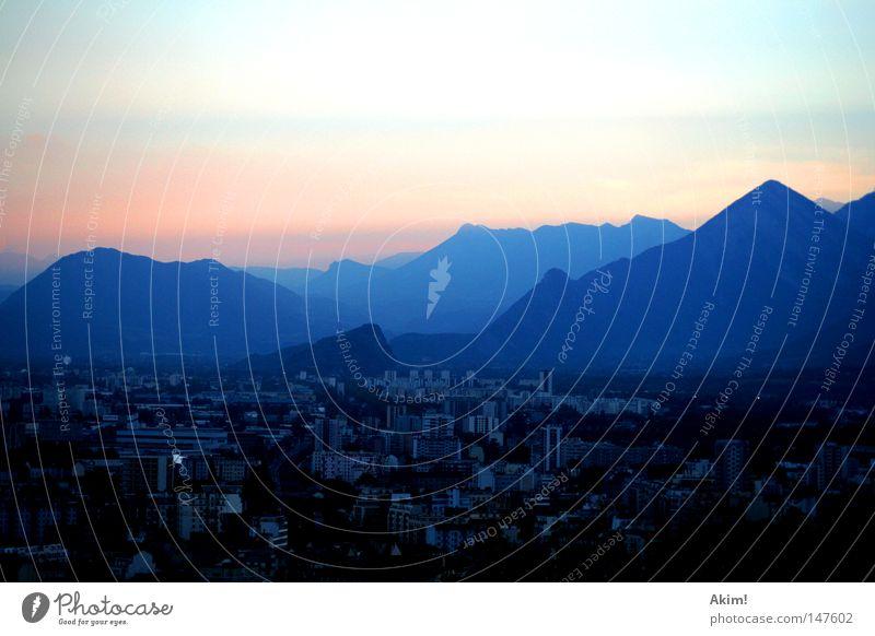 Lichstreuung der Atmosphäre Dämmerung Sonnenuntergang Berge u. Gebirge Stadt Grenoble Frankreich Alpen Silhouette Farbenspiel Lichtstimmung Lichtstreifen Abend