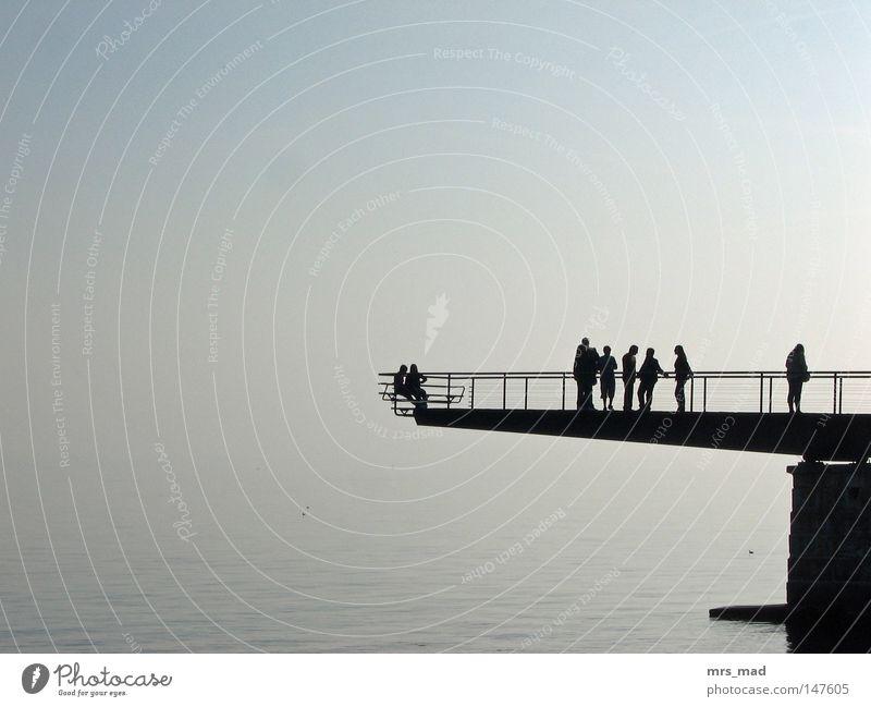 am See Frieden grau Nebel Glätte ruhig Mensch Tourist Erwachsene Brücke Gitter Bank Aussicht genießen Natur Wasser Schweiz faszinierend wellenlos Erholung