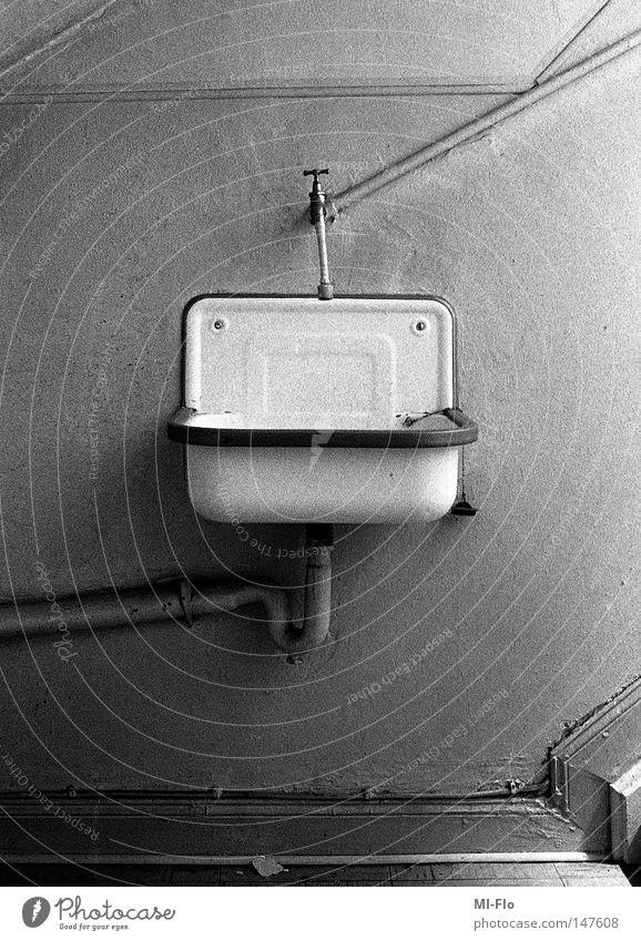 Heiko-2 Waschbecken Schwarzweißfoto Treppenhaus analog Angst Panik storytelling narrativ