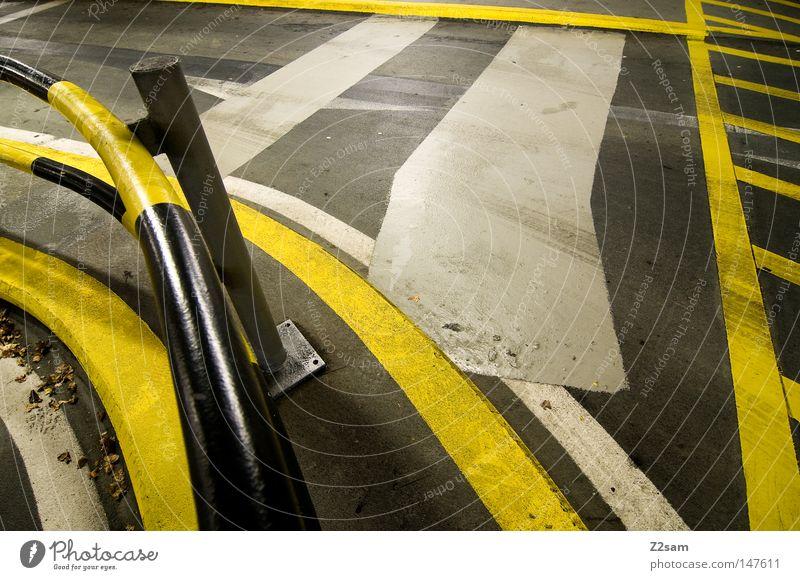 ordnungschaos gelb Straße dunkel Stil Metall Linie hell glänzend Schilder & Markierungen Beton Ordnung Streifen Geländer Röhren führen chaotisch