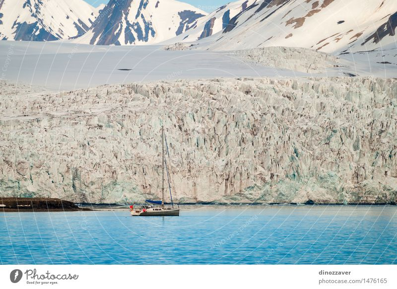 Segelboot am Gletscher Ferien & Urlaub & Reisen Meer Winter Schnee Berge u. Gebirge Umwelt Natur Landschaft Klima Küste Wasserfahrzeug frieren blau weiß Eis