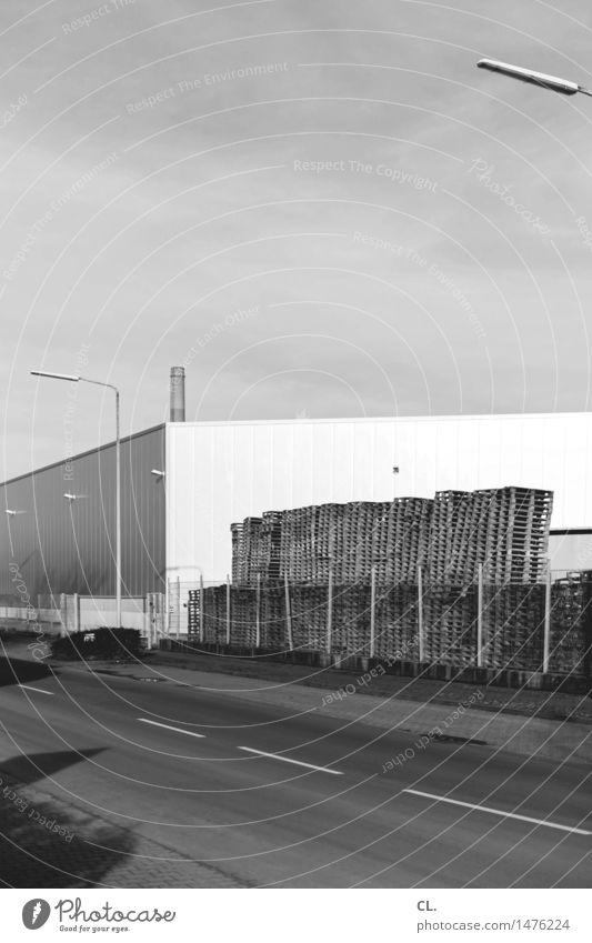 gewerbegebiet Himmel Straße Wand Architektur Wege & Pfade Gebäude Mauer Arbeit & Erwerbstätigkeit Verkehr Industrie Schönes Wetter Laterne Zaun Fabrik
