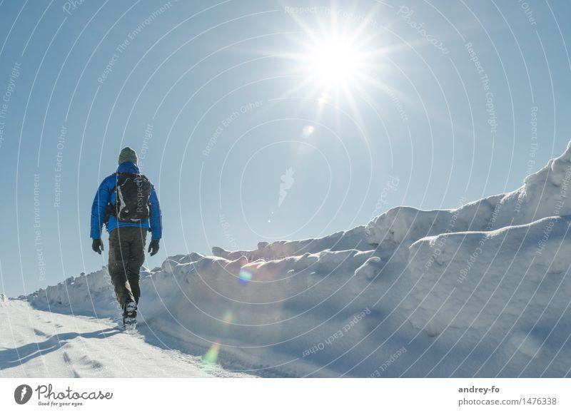 Unterwegs im Winter. maskulin Junger Mann Jugendliche Erwachsene 1 Mensch 18-30 Jahre 30-45 Jahre Wolkenloser Himmel Sonne Sonnenlicht Schönes Wetter Schnee
