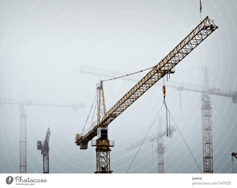 Nebelskelette Konstruktion einrichten bauen Baustelle produzieren gefährlich grau Handwerk Industrie kalt Kran schlechtes Wetter Himmel bedrohlich großbaustelle