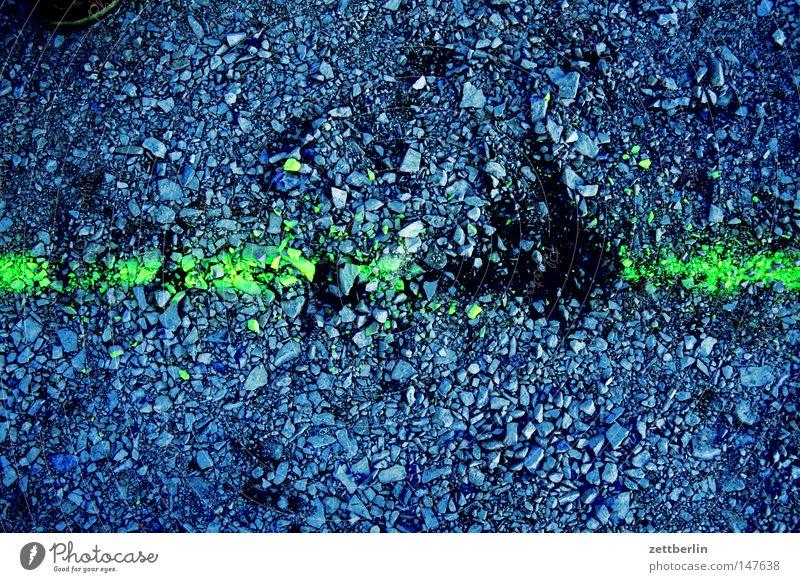 Unterbrechung Linie Schilder & Markierungen Zeichen Strukturen & Formen Ordnung Splitter splittern Sand Kies Spuren Messung Erde Verkehrswege Vergänglichkeit