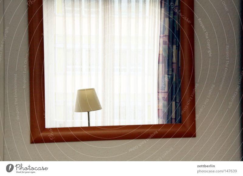 Hotel Einsamkeit Lampe Wand Fenster Traurigkeit Trauer trist Häusliches Leben Spiegel Langeweile Gardine Bilderrahmen Hotelzimmer Leselampe