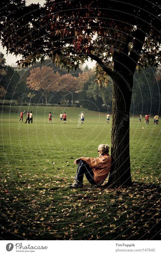Rast Park Joggen Jogger laufen Laufsport Läufer Pause Erholung Baum Herbst Blatt Fußball Wiese Fußballplatz atmen beobachten Jahreszeiten Baumstamm anlehnen